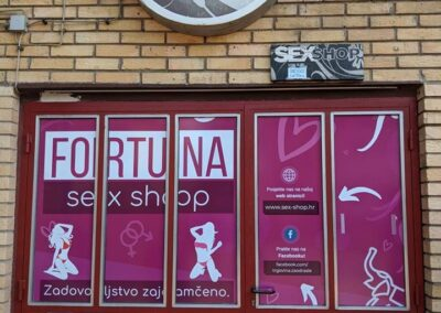 Znak i ulazna vrata trgovine za odrasle Fortuna